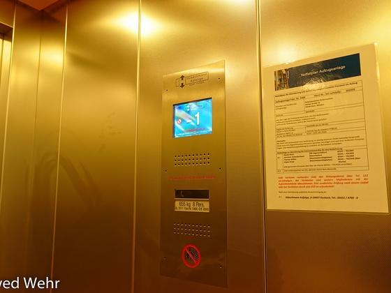 Fahrstuhl gibt es auch in der Halle